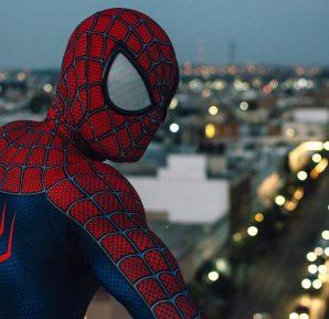 Spider-Man se balancea
